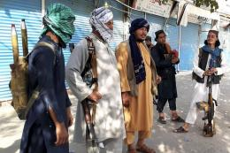 Milisi Taliban berjaga di kota Kunduz, Afghanistan utara, Senin (9/8/2021). (AP PHOTO/ABDULLAH SAHIL)