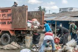 Saat PT IMIP bersama warga Bahodopi melakukan aksi bersih-bersih sampah di WCD 2021. Sumber foto: Humas PT IMIP