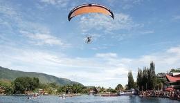 Pertunjukan olahraga paralayang dan perahu dayung (Foto: www.nababan.net)
