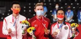 Viktor Axelsen (tengah) raih medali emas Olimpiade Tokyo, sementara Anthony Ginting dapat perunggu: badmintonindonesia.org