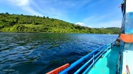 Pemandangan Danau Toba dari atas kapal (Dokumentasi pribadi)