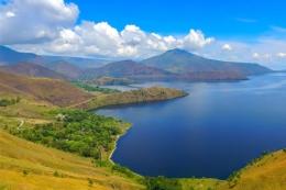 Pemandangan dari Bukit Holbung. (Sumber foto: Indonesia Travel.)