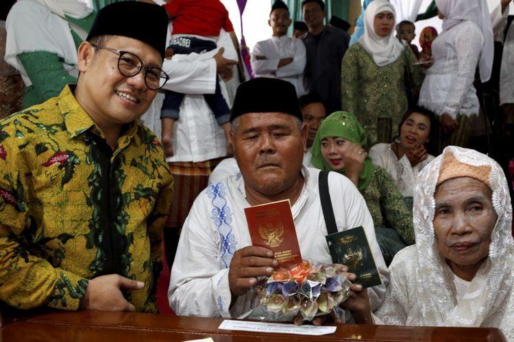 Ketua Umum PKB, Muhaimin Iskandar mendampingi pasangan pengantin Mang Kus dan Marsiati mengikuti nikah massal yang diselenggarakan Partai Kebangkitan Bangsa di KUA Menteng, Jakarta Pusat, Jumat (25/8/2017). Sebanyak 103 pasangan pengantin mengikuti acara ini.(KOMPAS IMAGES/KRISTIANTO PURNOMO dipublikasikan kompas.com)