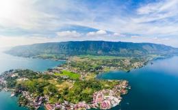 Pemandangan Danau Toba dan Pulau Samosir. Gambar dari Britannica.com