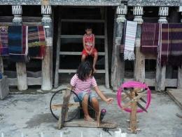 Dari kecil mendidik anak untuk menenun ulos (sumber : deddyhuang.com)