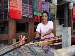 Menenun ulos (sumber : deddyhuang.com)