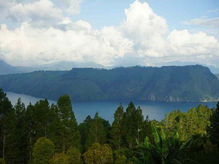 Pemandangan Danau Toba (sumber : deddyhuang.com)