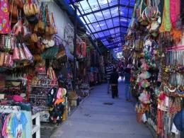 Belanja souvenir di Pasar Tomok (sumber : deddyhuang.com)