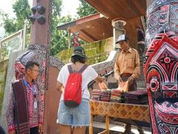 Gerbang masuk ke Makam Raja Sidabutar (sumber : deddyhuang.com)