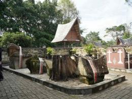 Makam Sidabutar (sumber : deddyhuang.com)