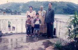 Orang tua dan dua adik saat mengunjungi Danau Toba. Dokpri.