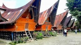 Deretan rumah adat Batak di Huta Siallagan (Dokumentasi pribadi)