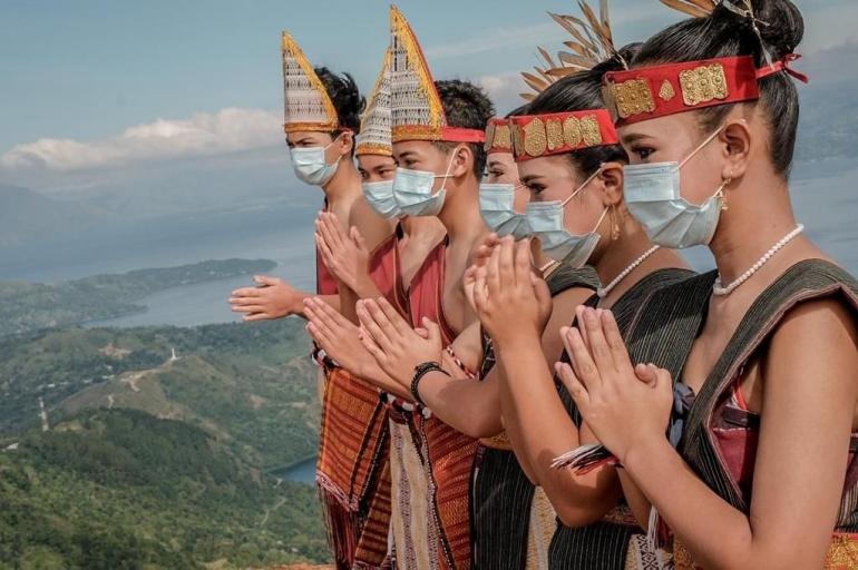 Pemuda-pemudi menyambut kedatangan turis di Danau Toba. (Sumber foto: Kemenparekraf.)