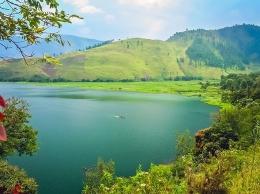 Turis tengah melakukan watersport di Danau Toba. (Sumber foto: Indonesia Travel.)