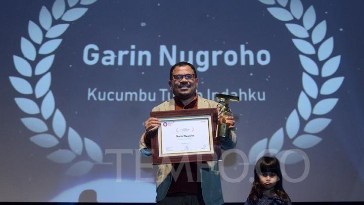 Garin Nugroho mendapatkan penghargaan. Foto: Tempo.co