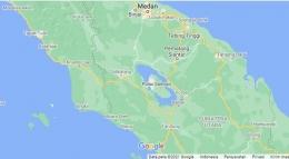 Posisi danau Toba di tengah pulau Sumatera (sumber : google.co.id/maps)