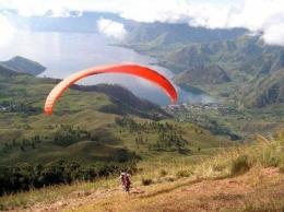 Paralayang di Kab. Karo, Sumut. Lokasi di Bukit Sipiso-piso, tidak jauh dari air terjung Sipiso piso yang terkenal itu (Dok. Dickson Pelawi)