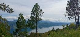 Danau Toba difoto dalam perjalanan dari Tomok ke Dolok Sipira, Jalan Pulau Samosir (Sumber : dokumen pribadi)