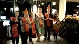 Wisatawan Mancanegara yang suka dengan budaya Batak (Dokumentasi Pribadi)