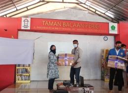 Gambar 7 : Penyerahan Donasi oleh Dosen Pembimbing PKM kepada Ketua Taman Bacaan Perigi