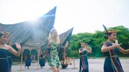 Model gadis bule yang ikut menari tarian Tor-Tor (Sumber: Video