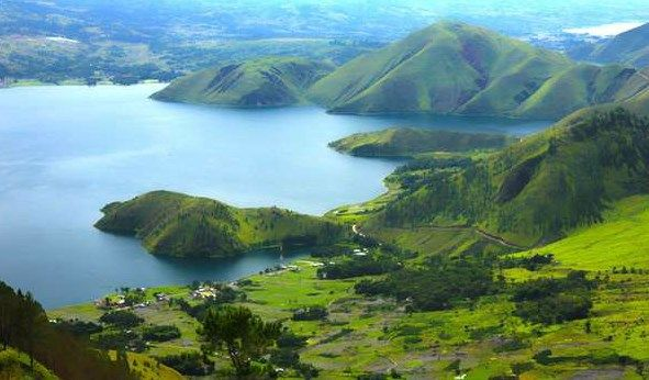 Panorama Danau Toba. Sumber: hitabatak.com