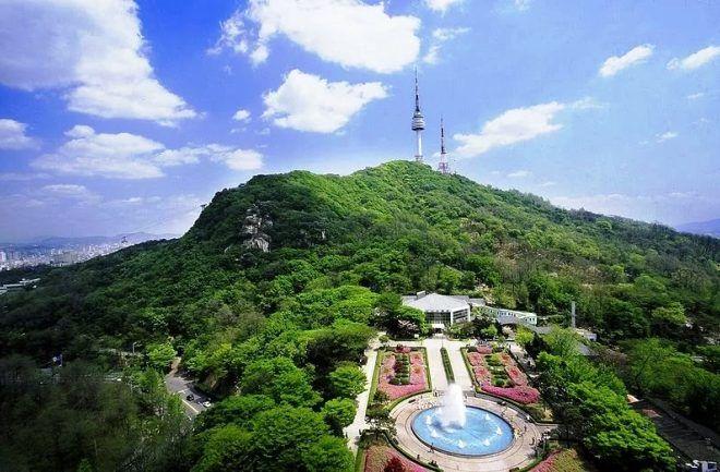 Seoul Tower di puncak Gnung Namsan, dan ada stasiun kereta gantung, naik ke Gunung Namsan dan turun ke kaki gunung naik kereta gantung (www.en.unistica.com)