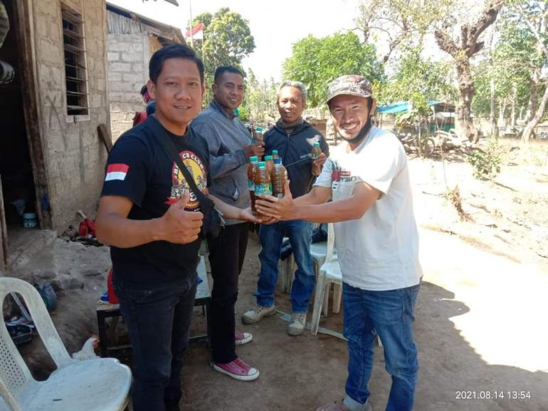 Foto.dok.pri. Pongky Seran, teman saya dengan eko enzym hasil produksi sendiri
