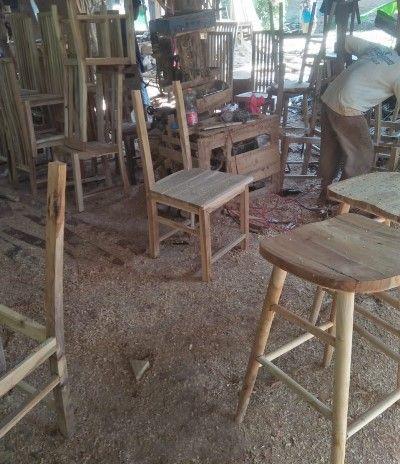 pengrajin mebel di jepara sedang melakukan perakitan kursi makan di salah satu gudang mebel di desa bugel, kec.kedung, jepara jawa tengah (26/9/2021)
