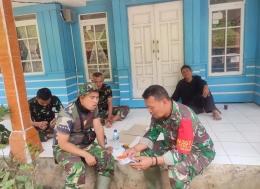 Prajurit TNI Satgas TMMD sedang berbincang dengan warga. (Dokpri)