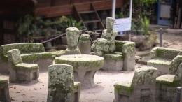 Meja persidangan di desa adat| sumber gambar CNN Indonesia