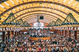 Atmosfer di Tenda Lowenbrau. Sumber: Sebastian Lehner / www.oktoberfest.de