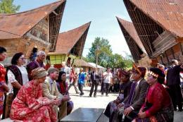 Raja Belanda Willem Alexander dan Ratu Maxiba Zorreguieta saat berkomunikasi dengan tokoh adat Batak. Sumber: Kompas/Patrick Van Katwijk