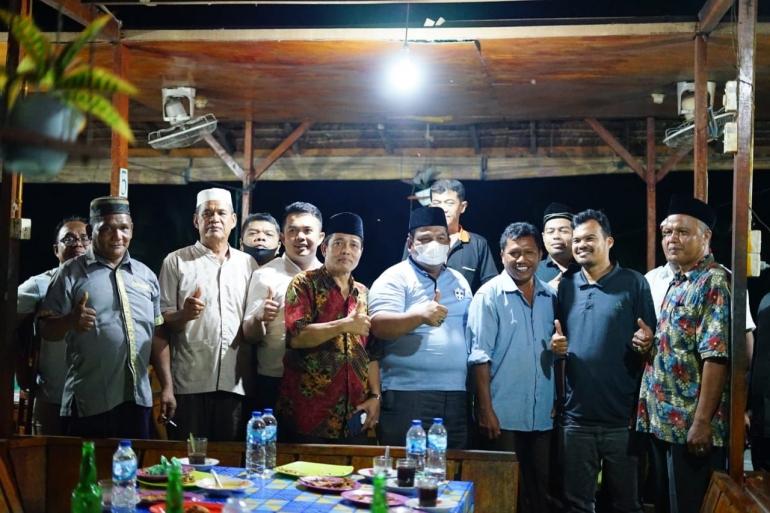 Bupati Suhatri Bur foto bersama dengan pengurus dan tokoh PKDP Dharmasraya. (foto dok humas)