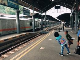 Dua anak kecil melongok ke arah datangnya Kereta Api Sri Tanjung yang akan membawa mereka ke Stasiun Lempuyangan Yogyakarta dari Stasiun Surabaya Gubeng sebelum larangan perjalanan kereta api. - Dokumen Pribadi