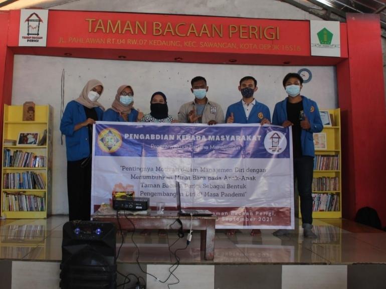 Foto Bersama Ketua Umum Taman Bacaan Perigi dan Dosen Pembimbing PKM Mahasiswa/i