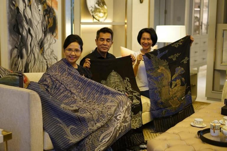 Mas Dudung dan karya batiknya (sumber foto: dok. Dudung Alisyahbana)