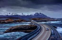 Atlantic Ocean Road, salah satu lokasi film No Time to Die di Norwegia. Sumber: cinematic photography / www.lonelyplanet.com