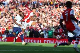 Sepakan kaki kiri Aubameyang gandakan keunggulan Arsenal. (twitter.com/Arsenal)