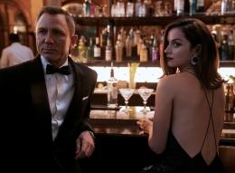 Daniel Craig dan Ana de Armas dalam film No Time to Die. Sumber: www.007.com