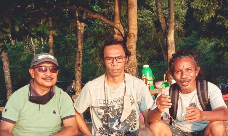 Foto IST : Jon Kadis, SH bersama Romo Dr. Mancek & Romo Dr. Epang (Nama Samaran)