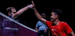 Anthony Ginting (kanan) membuka kemenangan Indonesia atas Rusia di Piala Sudirman 2021/badmintonindonesia.org