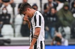 Paulo Dybala tak kuasa menahan tangis saat meninggalkan pertandingan di menit ke-20 kala Juventus vs Sampdoria di Serie A, Minggu (29/9/2021: AP Photo