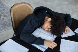 ilustrasi tertidur saat kuliah. (sumber: pexels.com/@gabby-k)