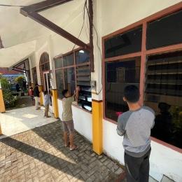 Membersihkan jendela ruangan Panti Asuhan Ulil Abshar Dau (Dokpri)