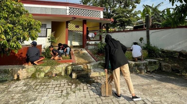 Pembersihan halaman depan masjid (Dokpri)