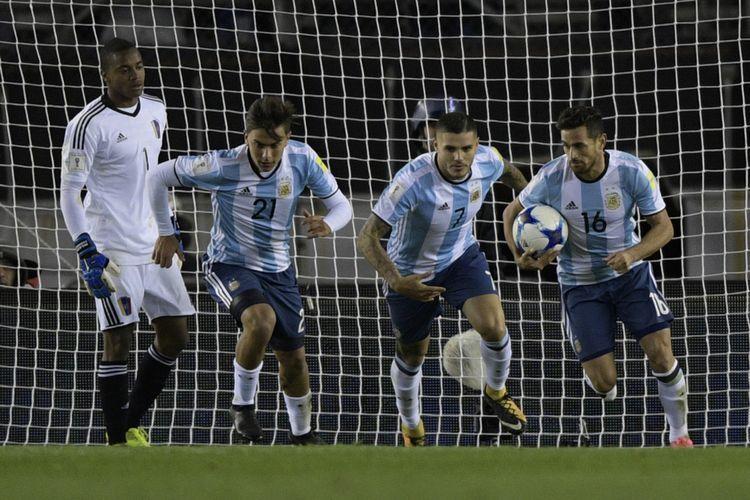 Paulo Dybala (kedua dari kiri) tetap dipanggil Timnas Argentina walau cedera. foto: afp/juan mabromata dipublikasikan kompas.com