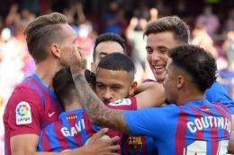 Para pemain Barca merayakan gol dari Memphis Depay saat lawan Levante. Foto: AFP/Lluis Gene via Kompas.com
