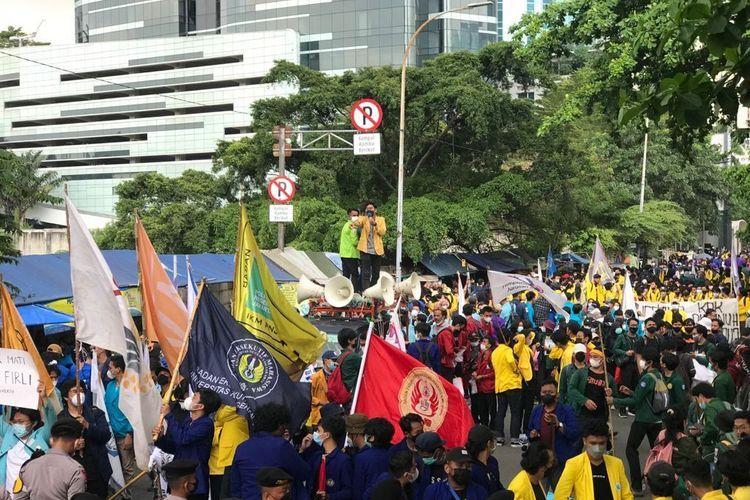 Sejumlah Mahasiswa yang tergabung dalam Aliansi Badan Eksekutif Mahasiswa Seluruh Indonesia (BEM SI) menggelar aksi demonstasi di area Gedung Merah Putih Komisi Pemberantasan Korupsi (KPK), Senin (27/9/2021) siang.(KOMPAS.com / IRFAN KAMIL)