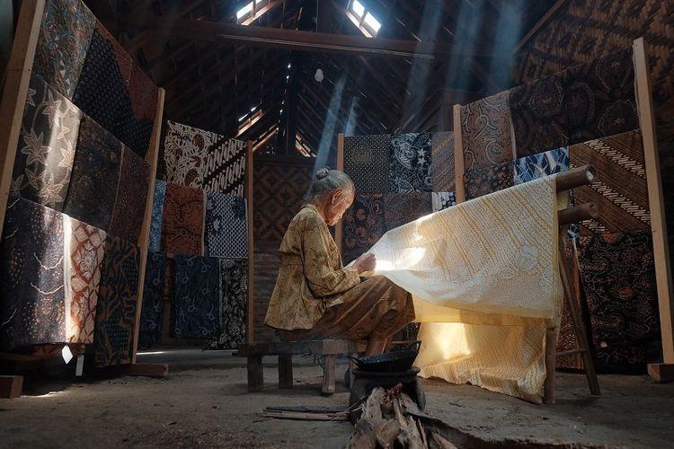Ilustrasi pembuatan batik. (sumber: DOK. SHUTTERSTOCK/ASEP DWI KURNIAWAN via kompas.com)